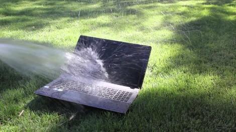 Ноутбук и вода